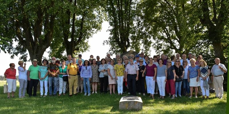 Unterhachinger Gastfamilien mit ihren internationalen Gästen auf französischem Boden am Denkmal von Théophile Malo Corret de La Tour d'Auvergne in Oberhausen