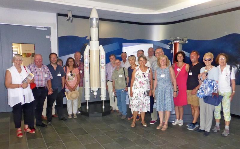 Die französisch-österreichisch-deutsche Gruppe auf Tuchfühlung mit der Raumfahrt am Airbus Standort Ottobrunn-Taufkirchen